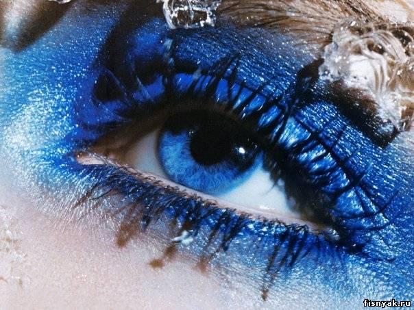 Голубые глаза.