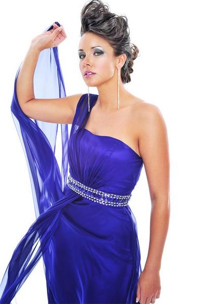 Короткая длина платья до колена или чуть ниже, демонстрирует красоту...